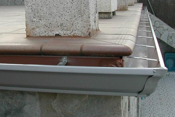 Detalle de canalón de aluminio