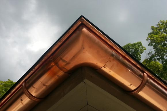 detalle de inglete en canalón de cobre