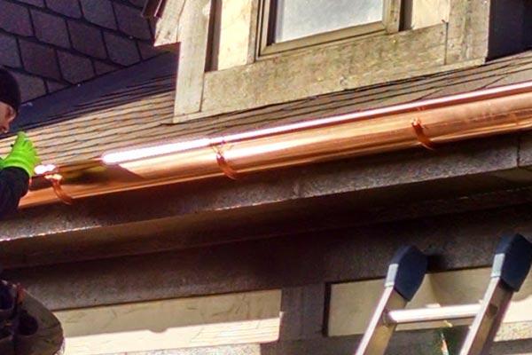 Instalación de canalones de cobre