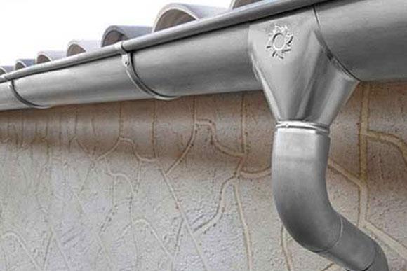 Detalle de canalones y bajantes de zinc