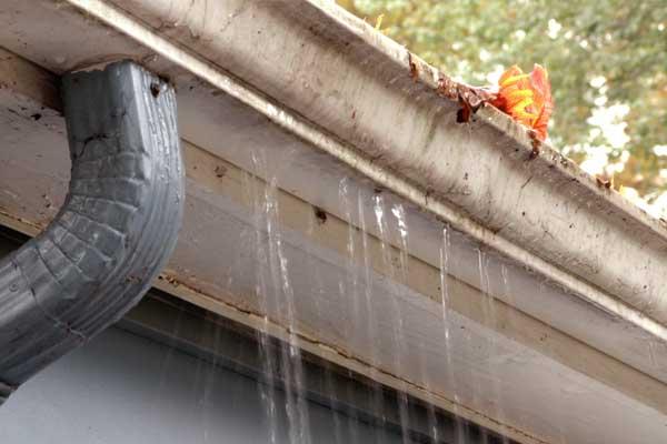 canalones que necesitan reparación por fugas de agua