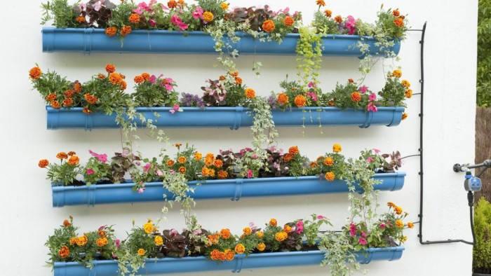 jardín vertical hecho con canles pluviales reciclados
