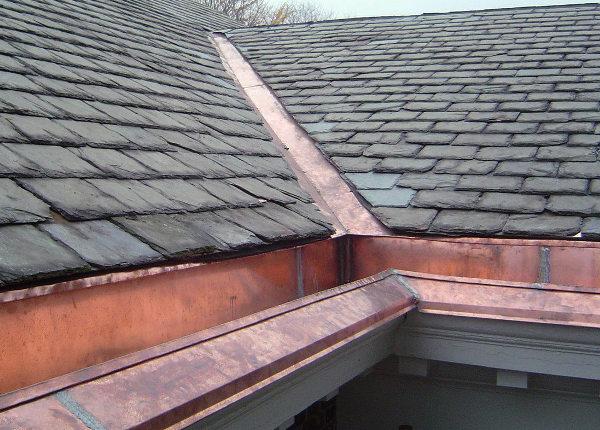 Canalones sobre tejado de pizarra